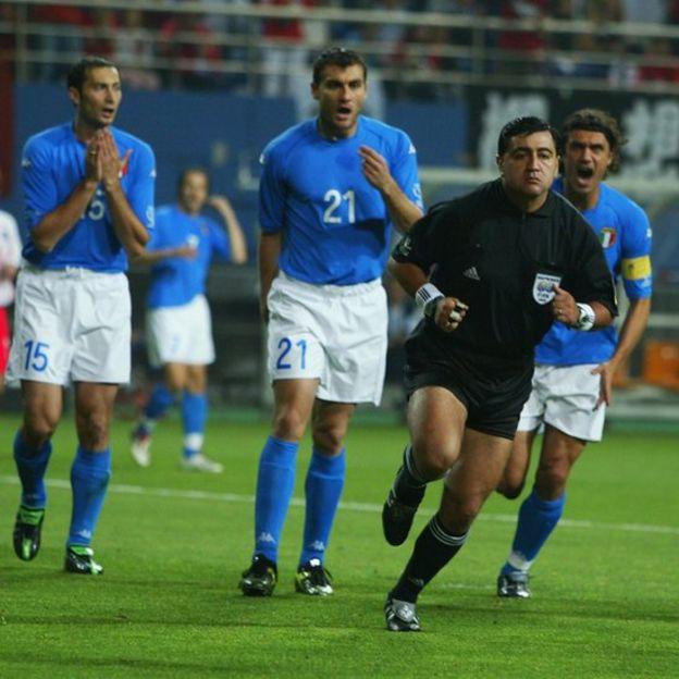 Byron Moreno perseguido por los jugadores italianos.