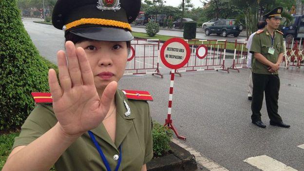 Cảnh sát bảo vệ bên ngoài phiên tòa xét xử Đoàn Văn Vươn năm 2013