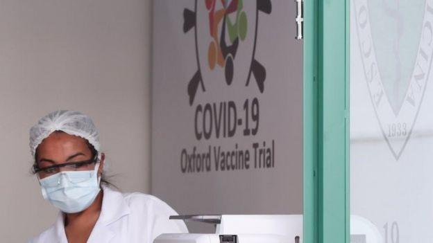 Una trabajadora de los ensayos clínicos de la vacuna.