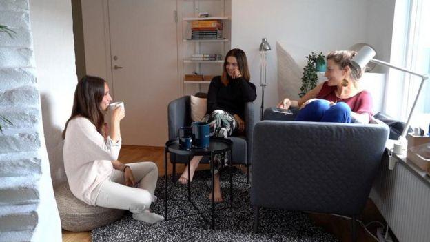 Jóvenes comparten apartamento