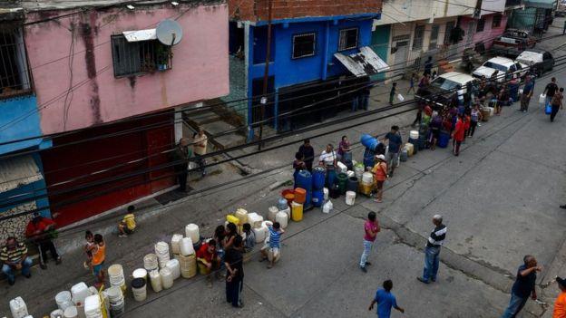 Dondequiera que encuentren una fuente de agua, los venezolanos hacen largas colas para abastecerse.
