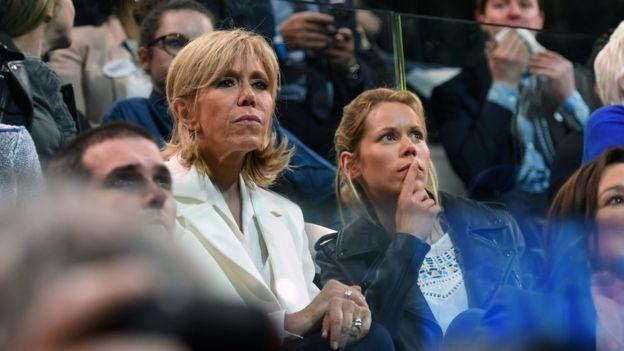 Bà Brigitte Trogneux và con gái Tiphaine Auziere tham dự buổi vận động tranh cử ở Bercy Arena, Paris hôm 14/4/2017