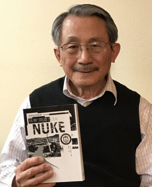张宪义拿着《核弹!间谍?CIA:张宪义访问纪录》的照片