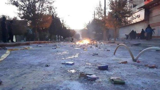 صحنه اعتراض در مریوان جایی که گفته می شود بیش از ۱۰ نفر کشته شده اند