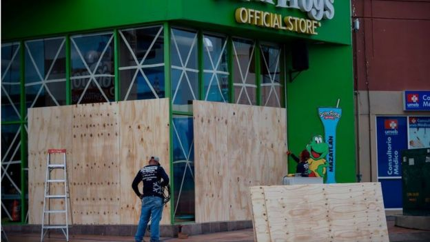 Almacén siendo protegido con tablones de madera