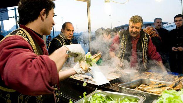 Eminönü'de ekmek arası balık kızartması
