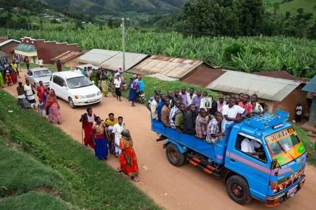 Mu kwezi gushize, abaturage ba Kamwezi muri Uganda bashyinguye John Bosco Tuheirwe wiciwe i Nyagatare (ni hakurya)