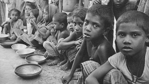 Ni�os esperan alimentaci�n en el otrora Pakist�n Oriental, 1970
