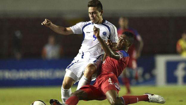 Partido de fútbol entre El Salvador y Panamá.