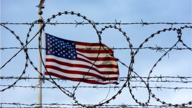 Imagem mostra cerca e bandeira dos EUA
