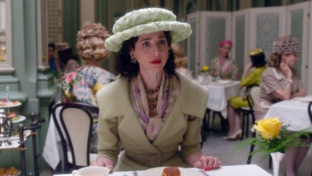 Una escena de 'The Marvelous Mrs Maisel' con Rachel Brosnahan