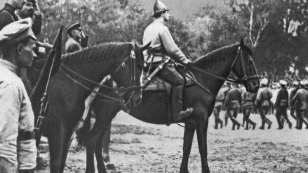 Nguyên soái Hồng quân Mikhail Tukhachevsky duyệt hàng quân trước khi tấn công Ba Lan năm 1920