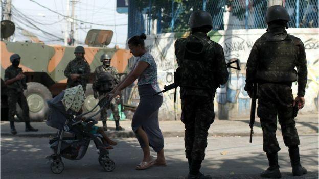 Soldados brasileiros realizam uma operação na favela do Complexo do Alemão no Rio de Janeiro, 21 de agosto de 2018