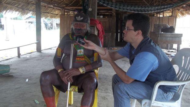 Carvalho entrevistando indígena da etnia Ikpeng