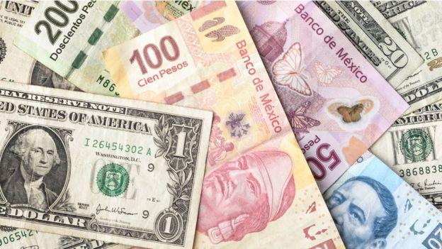 Dólares estadounidenses y pesos mexicanos