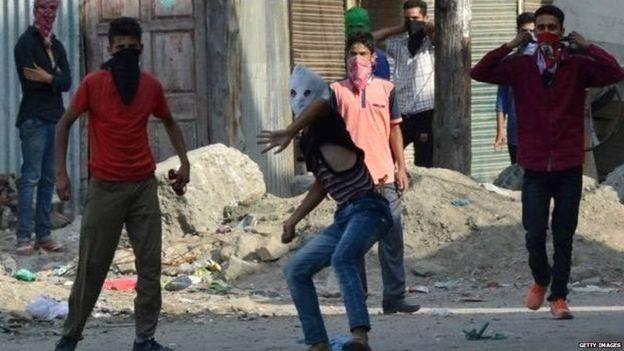 कश्मीर में पथराव करते युवक