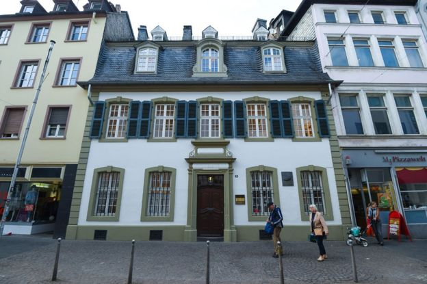 特里爾是德國最古老的城市,因此有很多遊客。特里爾主要的吸引力在於它是馬克思的出生地。大約15萬中國遊客每年來到這裏,超過德國其它城市。