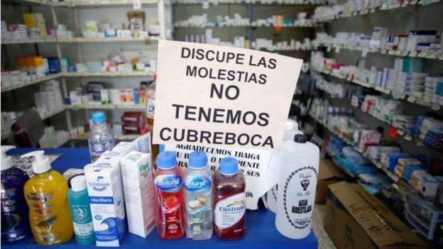 """Cartel que dice """"Disculpe las molestias, no tenemos cubreboca"""" en México."""