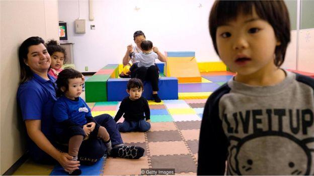 Crianças brasileiras em uma escola de língua portuguesa no Japão