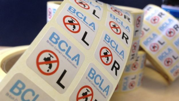 Image caption A Associação Britânica de Lentes de Contato (BCLA) distribuiu  adesivos com o símbolo de  não usar água  91a08dc01a