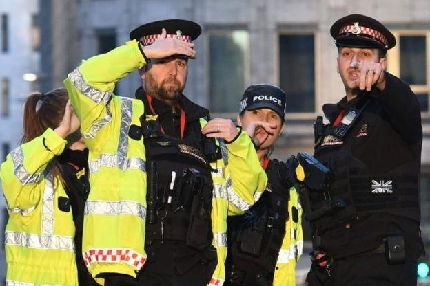 Londra Köprüsü'ndeki polisler