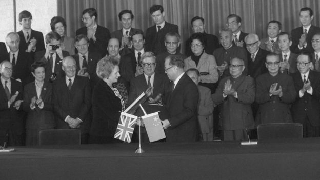 1984年,中国总理赵紫阳与英国首相撒切尔签署香港问题联合声明时身着西装。