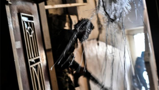 Члены сирийских демократических сил патрулируют поврежденный дом в Ракке в сентябре 2017 года