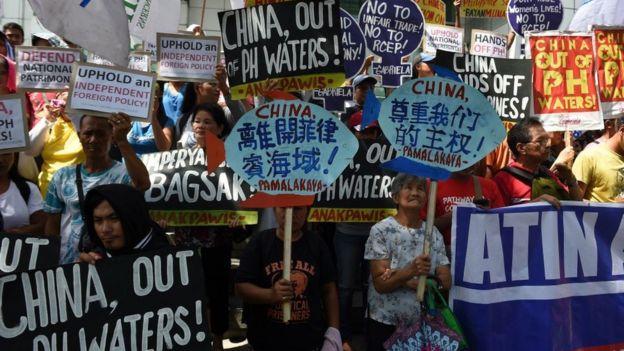 Người biểu tình Philippines cầm biểu ngữ phản đối sự hiện diện của TQ trong vùng biển tranh chấp trên Biển Đông trước Lãnh sự quán TQ ở Manila hồi 12/6/2017.