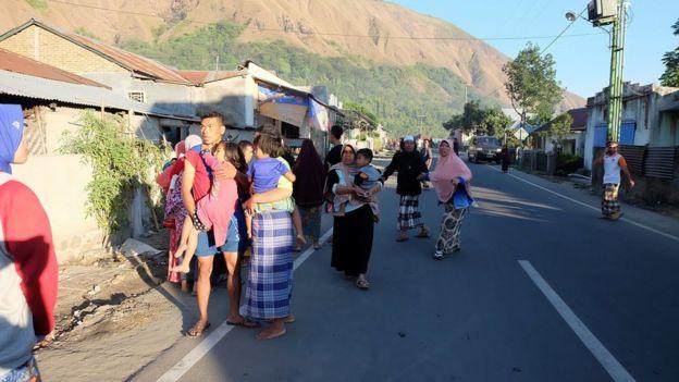 Residentes en las calles durante el terremoto en Lombok, Indonesia, julio 29, 2018