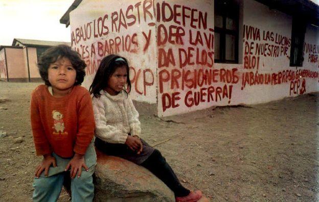 Dos niños junto a su escuela llena de pintadas en un barrio de Lima, Perú, el 22 de septiembre de 1992. (Foto: Héctor Mata/AFP/Getty Images)