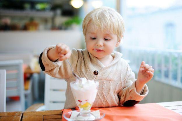 Niño comiendo helado