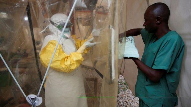 Personal médico vistiendo equipo de protección personal en Benin.