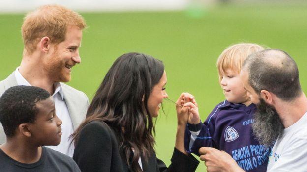 Harry y Meghan saludan a una niña