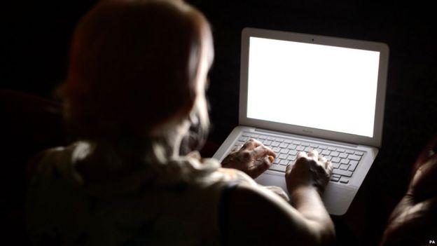 Persona utilizando un laptop