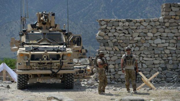 Soldats américains en patrouille près du site d'un bombardement contre des militants de l'État islamique (IS) en Afghanistan en 2017.