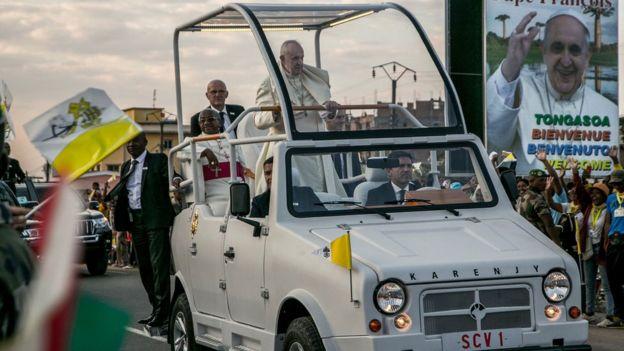 Le Pape François à bord de la deuxième Papamobile : la Mazana II