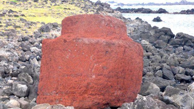 หมวกหินสีแดงบางใบมีจุกประดับที่ส่วนยอดอีกชั้น หินบางก้อนถูกทิ้งไว้กลางทางขณะทำการเคลื่อนย้ายมาจากเหมืองหิน