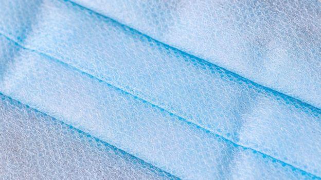 El tejido de la mascarilla puede afectar a tu piel, pero también su limpieza o uso excesivo.