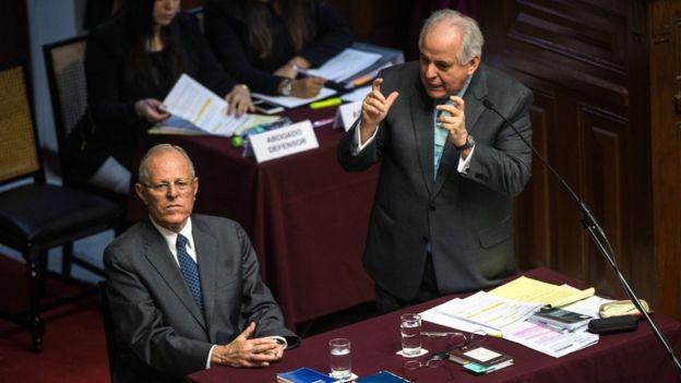 Pedro Pablo Kuczynski y su abogado Alberto Borea en el pleno del Congreso celebrado este jueves para votar la moción de destitución presentada por la oposición.