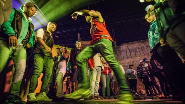 Jovens dançam funk em baile no Capão Redondo