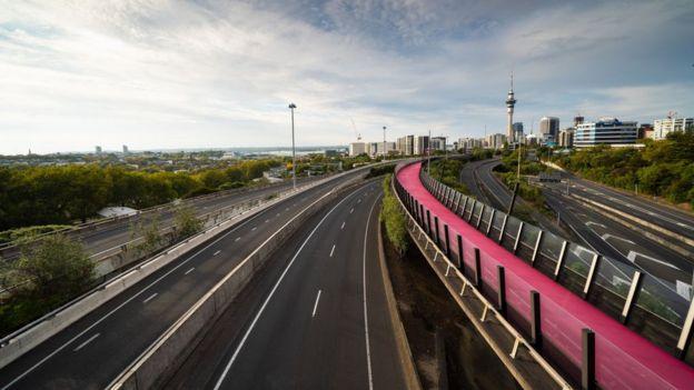Autopista con Auckland al fondo