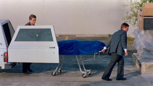 Traslado del cuerpo de Ted Bundy tras ser ejectuado