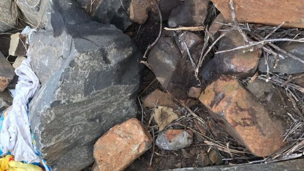 Le corps de la victime a été retrouvé démembré sous des pierres, dans un champ. Il y a encore des traces de sang