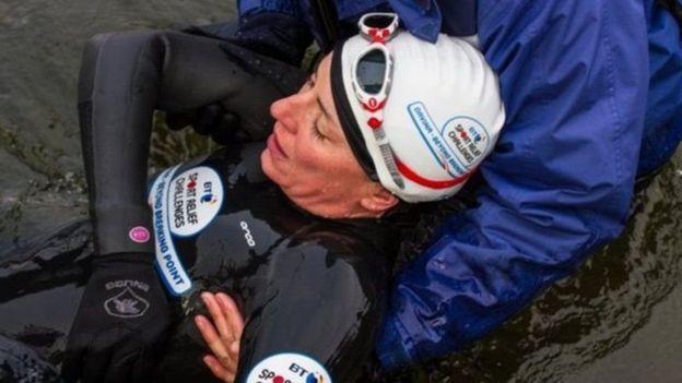 A apresentadora Davina McCall respira cansada após completar parte do  percurso nadando 8ccea5ae99