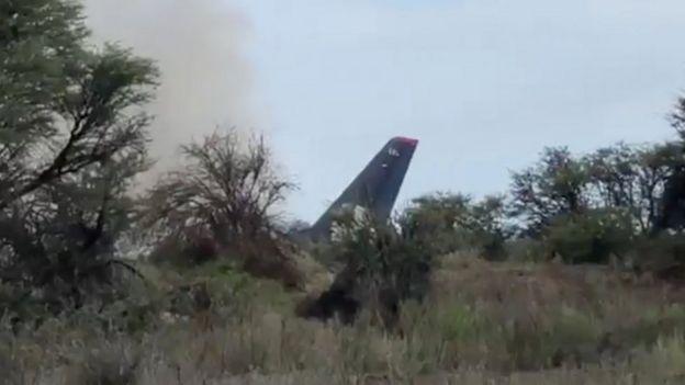 Cola del avión con una columna de humo.