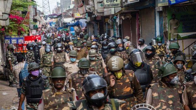 Policía en una calle de India