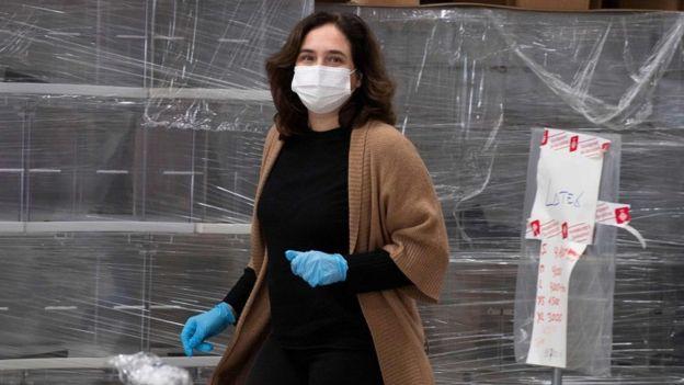 женщина в маске в барселоне