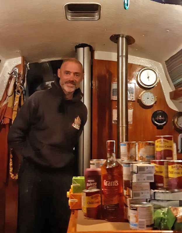 Juan Manuel Ballestero en su barco, el Skua, mostrando sus provisiones.