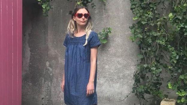 Mujer modelando un vestido hecho con materiales reciclados