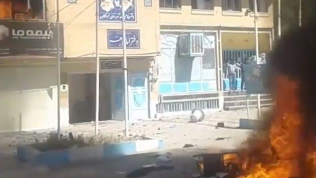 معترضان روز شنبه دفتر امام جمعه لردگان را به آتش کشیدند